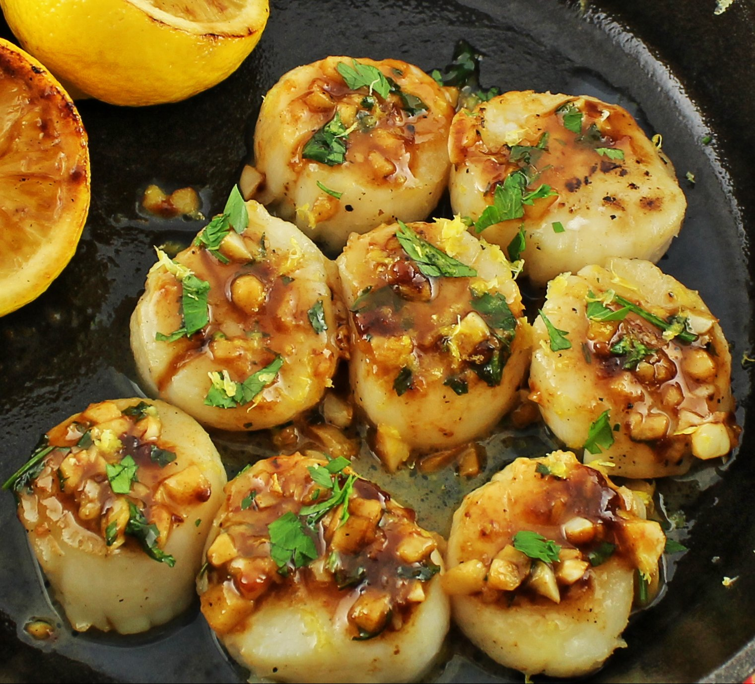 Weight Watcher friendly scallop recipe that is decadent and easy to make. Seared Brown Butter Lemon Scallops are only 5 SmartPoints for 4 scallops!