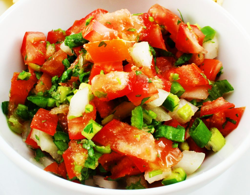 Weight Watchers friendly fresh pico de gallo salsa recipe that is easy to make, delicious, and ZERO SmartPoints! This salsa is perfect for fajitas, tacos, and eggs. www.bitesofflavor.com