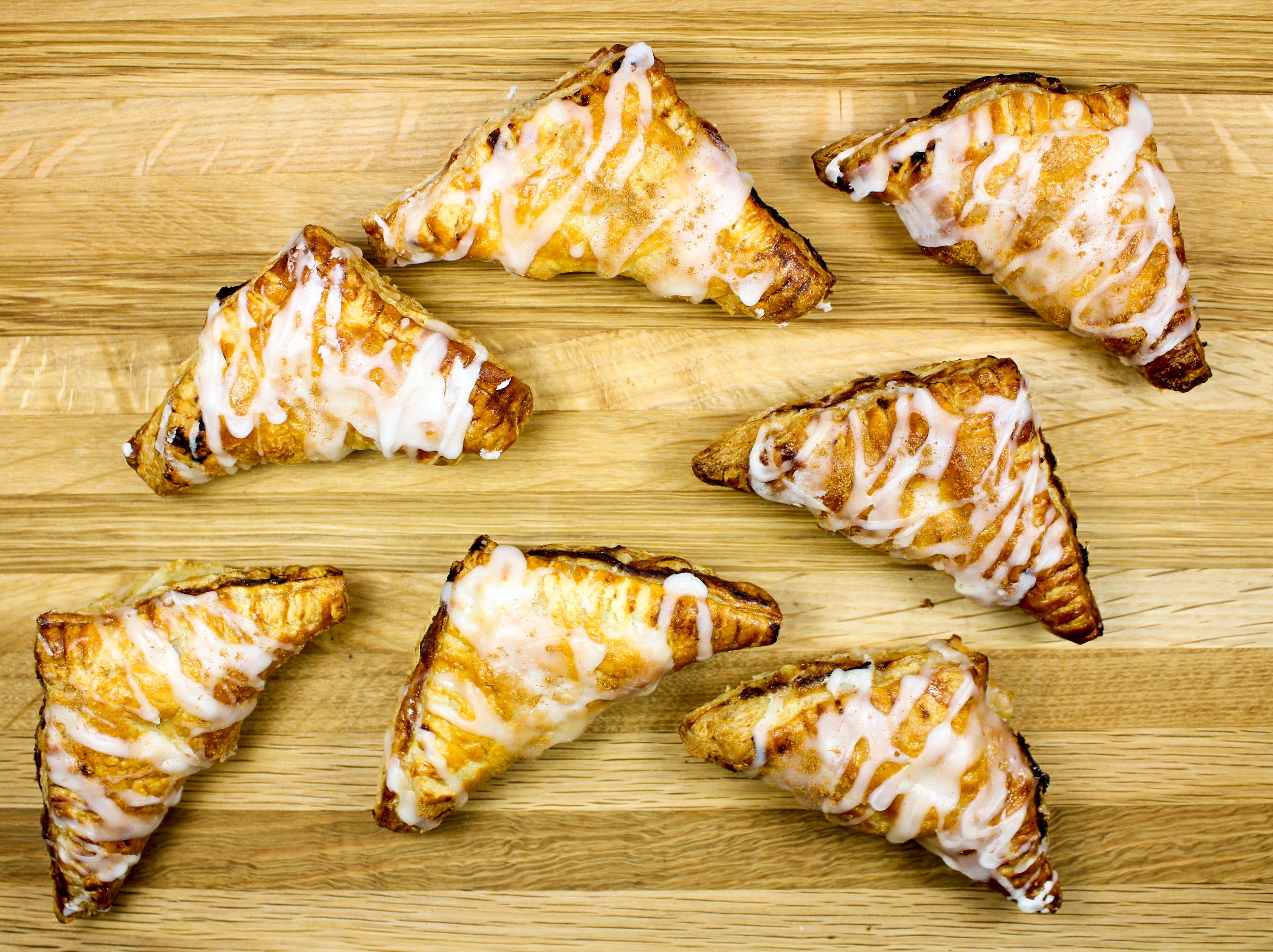 Easy Pumpkin Pie Hand Puffs-Easy & delicious dessert when you are craving pumpkin pie but don't want all the fuss. Flaky, full of delicious pumpkin flavors, & low fat! A great healthy dessert idea for the holidays, or anytime! Weight Watchers friendly (6 SmartPoints)!
